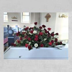 Kistepynt med røde og hvide blomster