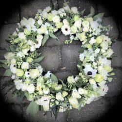 Hvid blomsterkrans til et sidste farvel