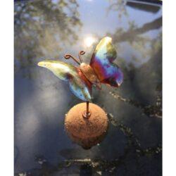 Kobberhavepynt - sommerfugl som flyder
