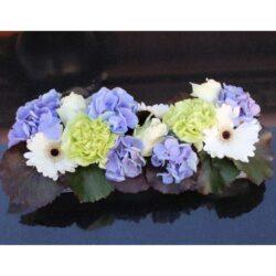 blomster dekoration i flad bakke i blå, hvid og lime farver